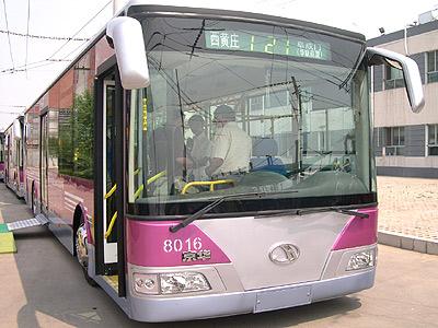 北京首支电动公交车队正式投入示范运营