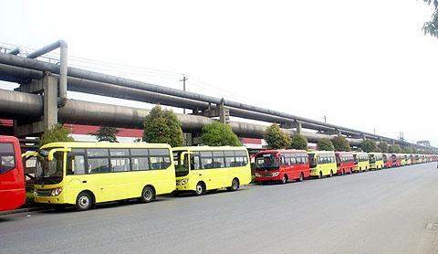 """莲花""""客车在襄樊国家汽车质量监督检验中心,   为提升城市形高清图片"""