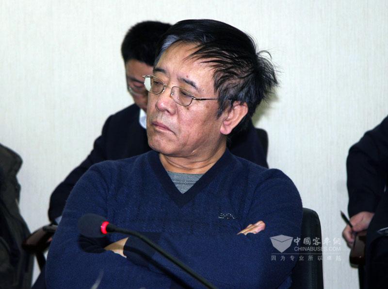 内蒙古呼运集团董事长彭紹清认真聆听其他领导发言
