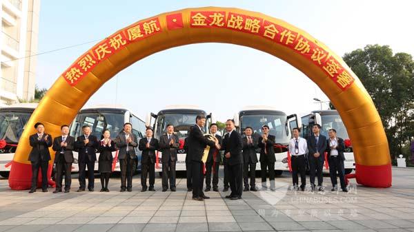 金龙纯电动通勤车将服务厦航787机组