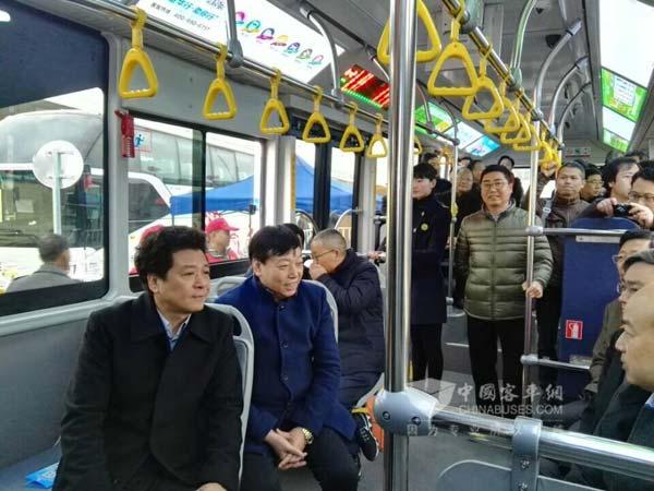 金华brt2号线路图-金华市常务副市长(左一)关注BRT二号线-36辆青年纯电动BRT客车图片