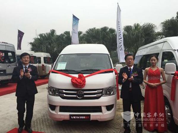 商务汽车销售公司经理潘林波先生为福田风景g7长轴高顶新品揭幕
