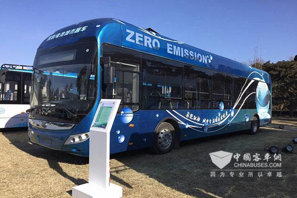 百人会现场展示的宇通燃料电池城市客车