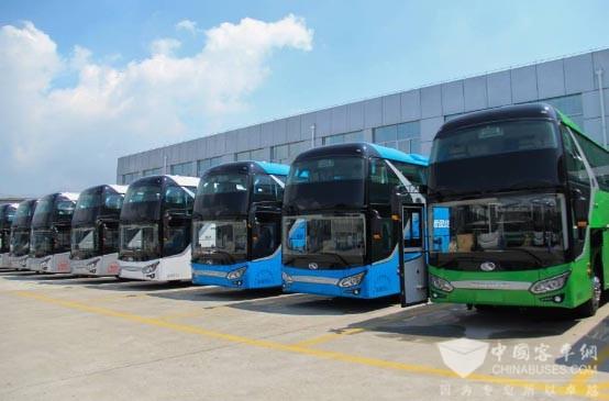 """新五系迎来市场批量热销   在火炉城市南京,新五系用户对展翼型散热窗造型格外赞许。2015年8月,南京气温长期处于高温线以上,甚至数天突破37°高温。炎热的天气给客运车辆正常运行带来挑战,部分车辆为降低发动机温度,不得不打开后盖""""掀背式""""行驶,既不美观又严重影响行车安全。XMQ6119采用优化的发动机舱进风散热结构和风扇控制策略,搭配展翼型散热窗造型,在降低舱温改善燃油经济效能的同时,让车辆尾部也成为一大亮点。""""车子刚买来,我对车尾的展翼造型觉得只是厂家弄得花哨"""