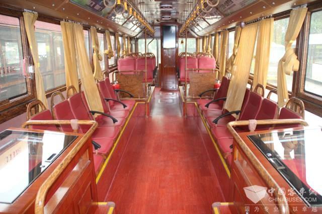 棕红红色地板,车内尽显复古范儿,犹如客厅一般