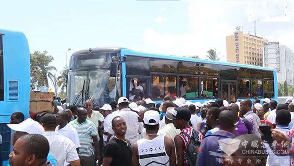 广西南宁:快速公交(BRT)22条线路试运营成效明显