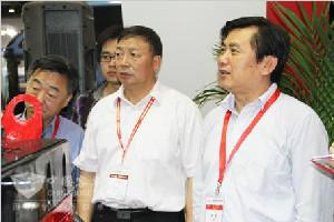 交通运输部副部长冯正霖参观康明斯展台
