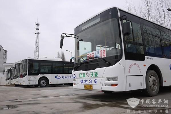 """""""在舒城县客运汽车站,正在乘车的赵大爷告诉记者,""""以前农客车不光"""