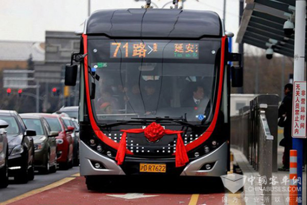 """宇通双源无轨申城""""上岗"""" 中运量公交探路大都市交通改革"""