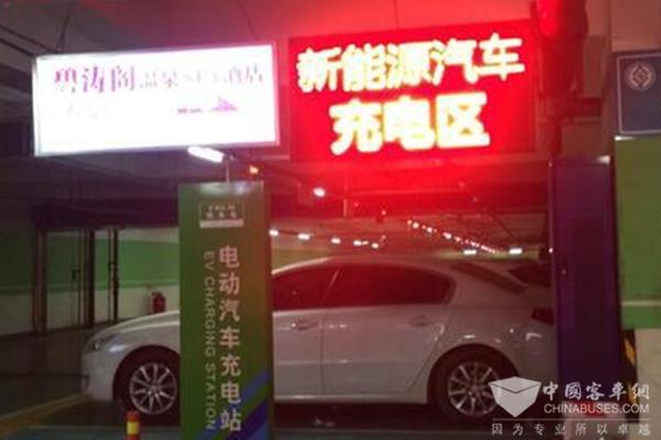 河北石家庄:新能源汽车智能充电桩正悄悄进入