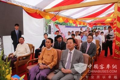 驻缅甸大使洪亮出席中国出口缅甸仰光城市公交车移交仪式