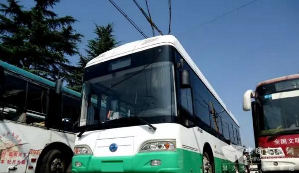 河南洛阳:扬子江双源无轨电车进行试运行