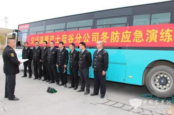 """青岛温馨巴士:装上轮胎防滑链条 公交车进入""""冬季模式"""""""