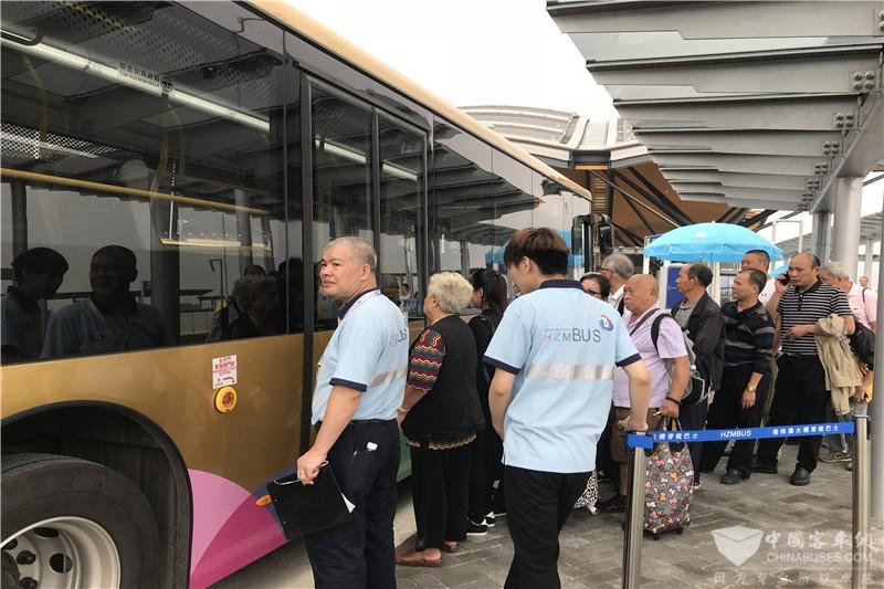 乘客耐心等待斯堪尼亚海格穿梭巴士