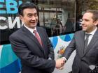 河南省副省长何金平与保加利亚经济部长卡拉尼科洛夫握手
