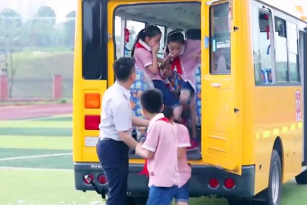 校车安全——学生在紧急情况下如何逃生