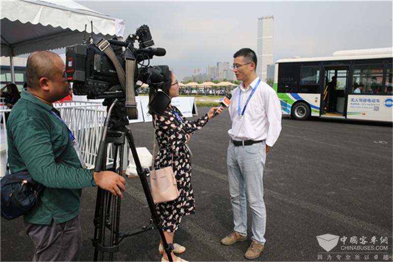 苏州金龙副总工程师李春接受记者采访