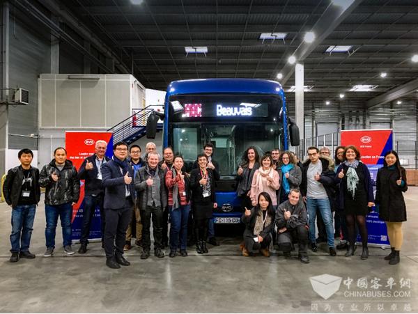 比亚迪法国工厂首批纯电动大巴下线