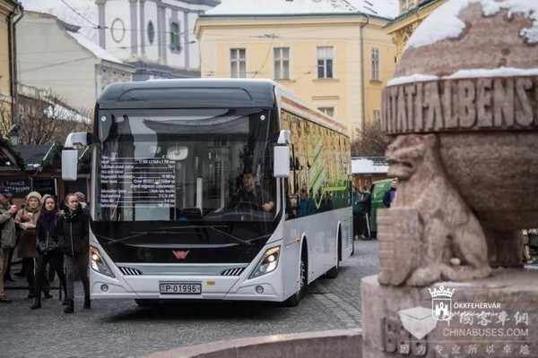 """首辆""""中匈合作""""纯电动巴士开进匈牙利"""
