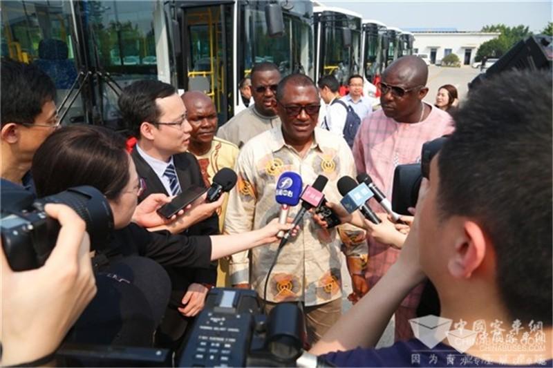 塞拉利昂交通部副部长萨迪科·希拉在仪式现场接受媒体采访