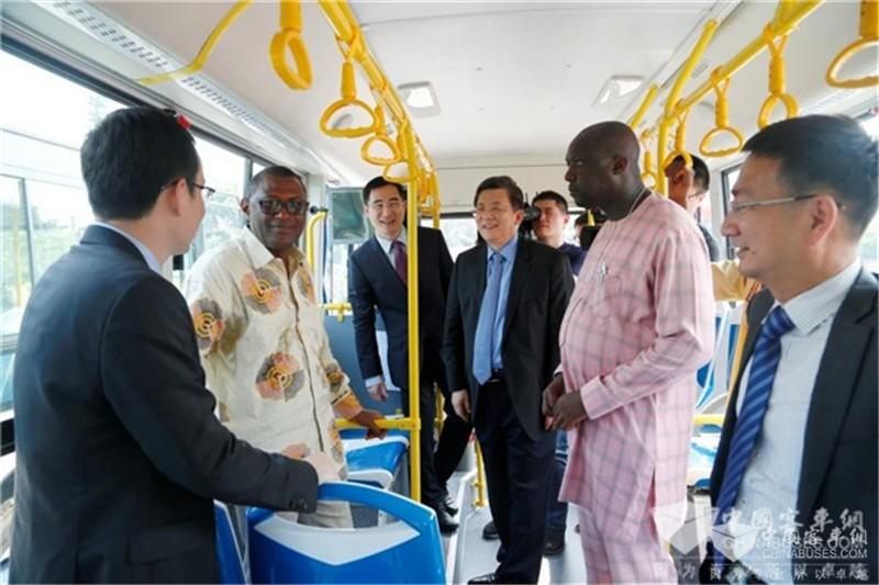 参加仪式的领导参观即将发运塞拉利昂的金旅客车