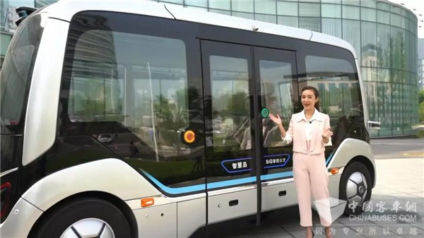 美女主持现场测评宇通L4级自动驾驶巴士