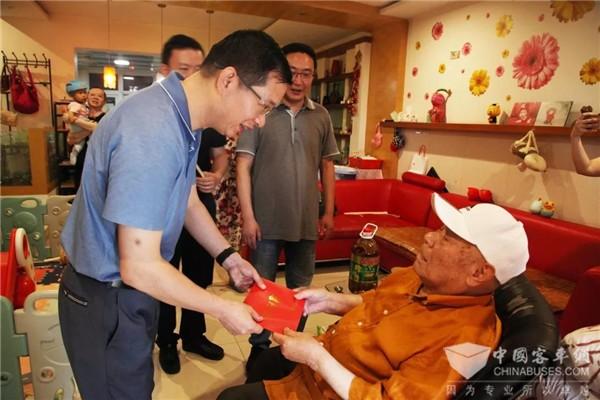 重庆:不忘初心 牢记使命,重庆公交集团党委走访慰问老党员和困难党员