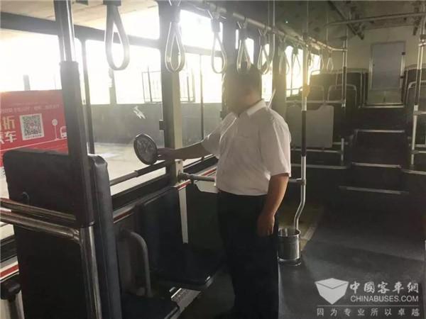公交车哪个位置最凉快?咱这位公交司机做了个