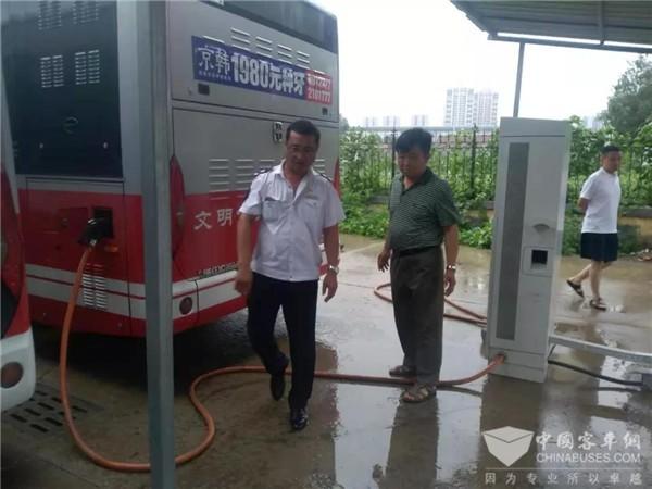 """山东烟台公交全力应对台风""""利奇马"""""""