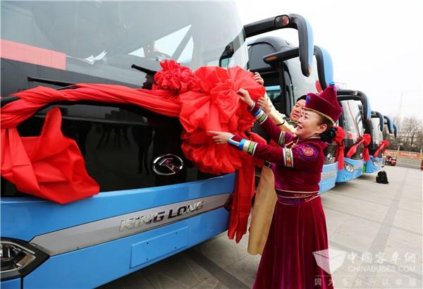 乌兰牧骑登人民日报头版 金龙客车相伴驰骋草原