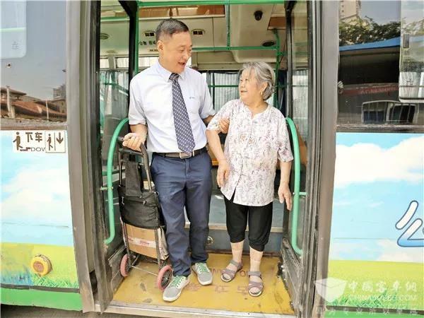 """湖北:武汉""""敬老""""公交线路 15年坚持用心、用情"""