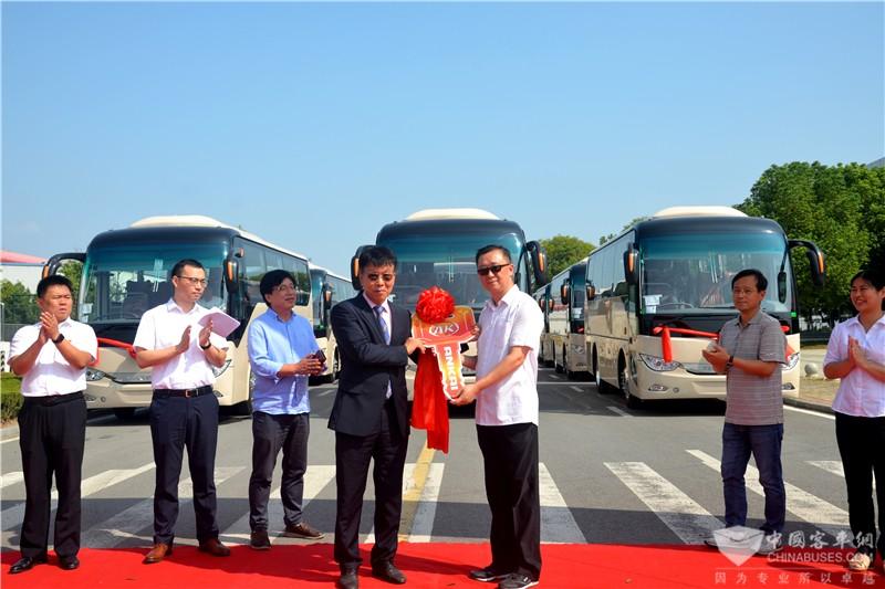 安凯客车国际营销公司副总经理李国钧向韩国用户交付新车钥匙