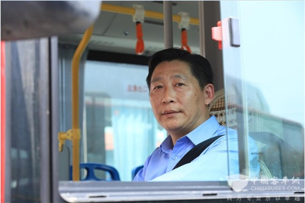 松江公交夏良:每天付出一点点时间 为乘客出行创造美好环境