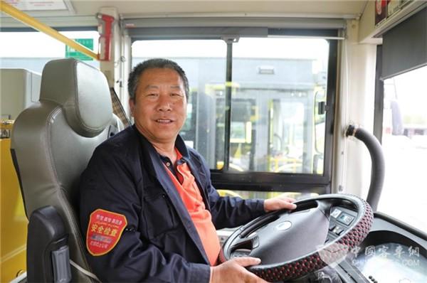 """新疆珍宝巴士谷祥峰:敬岗爱业30年 公交司机的""""坚持""""与""""用心"""