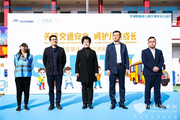 特别的礼物! 国际儿童日宇通&壹基金儿童交通安全公益行走进上海