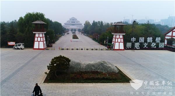 跨越千年的文明融汇 金龙阿波龙驶入朝歌文化园