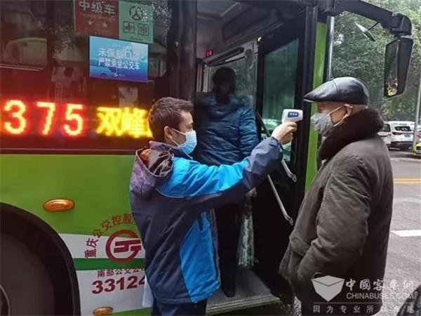 重庆公交:17日起早晚高峰 主城30条重点公交线配测温员 上车乘客逐一测温