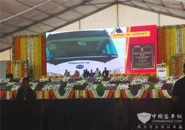 印总统亲自见证!比亚迪交付印度锡尔瓦萨首台电动巴士