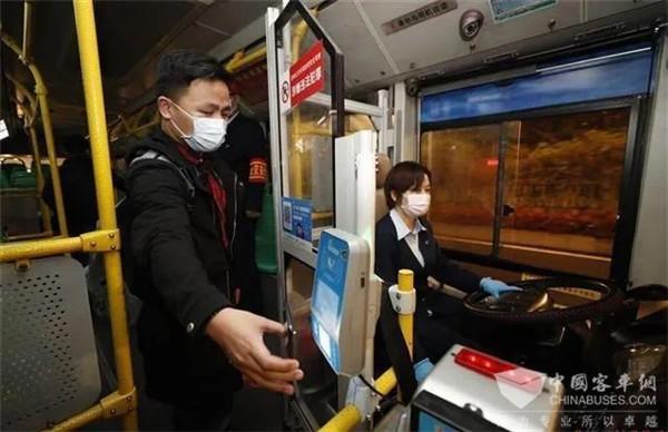 3月25日5时45分,武汉第一班公交车发车了!