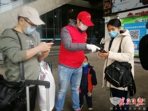 武汉公交多措并举引导乘客有序乘车