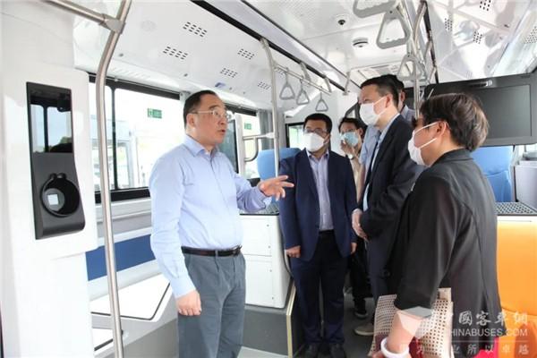 """上海市交通委一行到访申龙客车 就""""熊猫""""智能公交推广实地调研"""