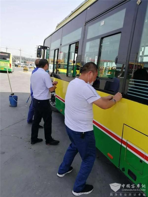 """乌鲁木齐公交集团开展""""两会""""期间消除安全隐患 净化安全环境活动"""
