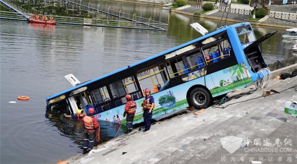 公交客车落水如何自救?这篇攻略或许能救命