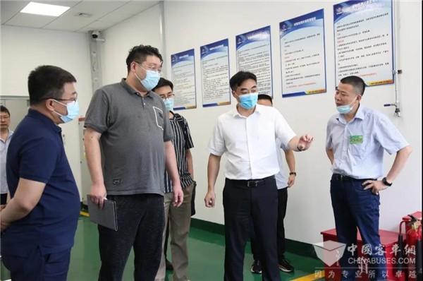 广安市政府一行赴申龙客车调研 肯定企业新能源技术发展情况