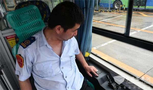 """看,这个红色按钮能救命!连云港916辆公交车加装""""一键报警""""装置"""