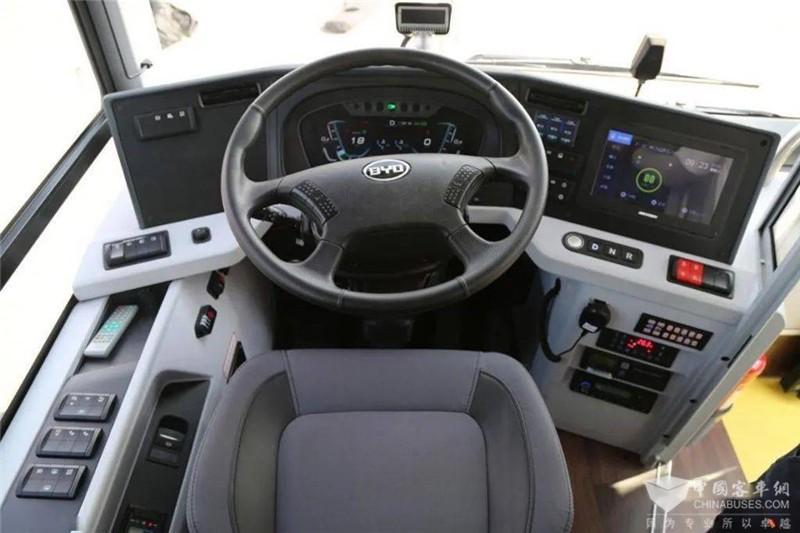 来到驾驶席,悬浮环绕式仪表台便于驾驶员查看和操作。中间是12英寸液晶仪表,右侧是10.1英寸智慧大屏。