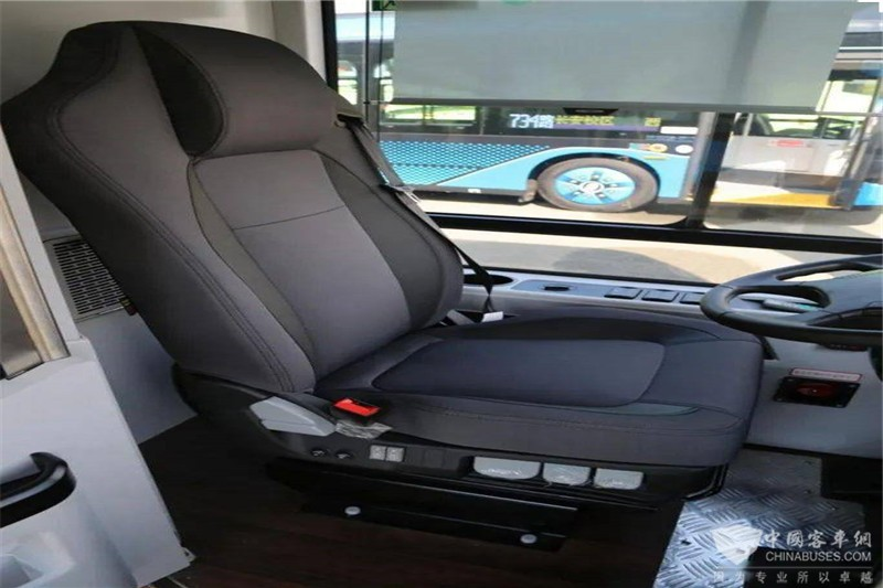 全新多功能座椅包裹性很强,带有通风、加热、按摩等功能,有效缓解驾驶疲劳。