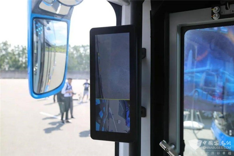 后视镜为整体式设计,配有电动调节。电子后视镜的显示屏设置在左右两侧A柱上,这也是商用车目前的发展趋势。