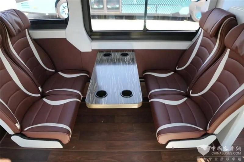 乘客区域采用豪华皮革座椅,带有头枕,乘坐起来十分舒适。对向座椅之间还设有小桌板和水杯座,便于乘客使用。