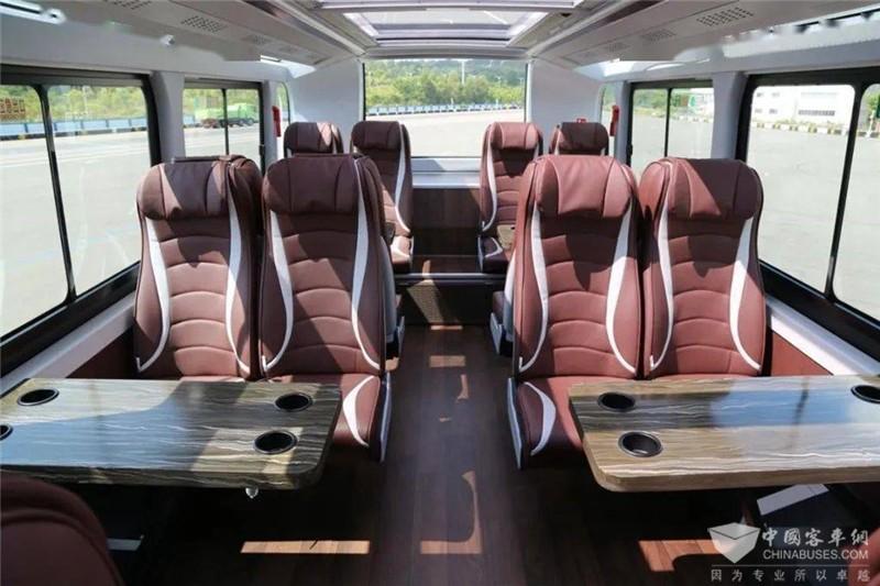 二层车尾设有对向座椅,不封尾设计让人感觉整个二层更加通透,丝毫不压抑。